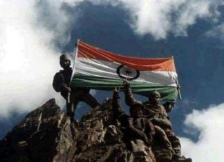 कारगिल युद्ध में जीत के बाद टाइगर हिल पर तिरंगा फ़हराते भारतीय जवान