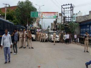 गंगापुर सिटी में दांगों के घटनास्थल के पास सड़क पर पुलिस फोर्स तैनात