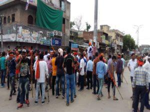 गंगापुर सिटी में दांगों के हालात के बाद फव्वारा चौक पर धरने पर बैठे विहिप कार्यकर्ता