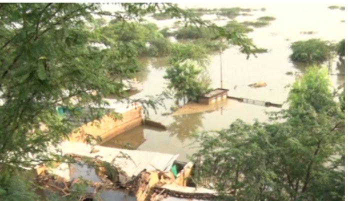 कोटा में बाढ़ के बाद कुछ इस तरह के हालात हैं।