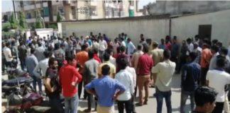 जयपुर गोली कांड के बाद घटना स्थल पर जमा भीड़